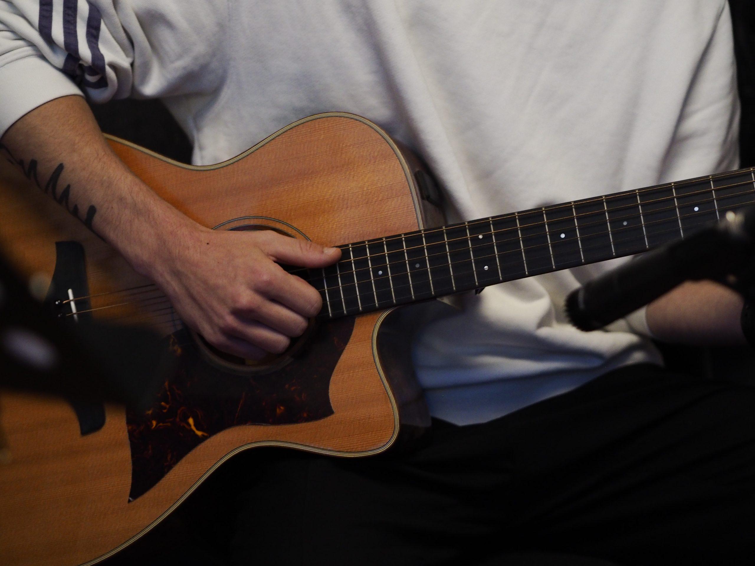 Tamino spielt ein Gitarrensample ein